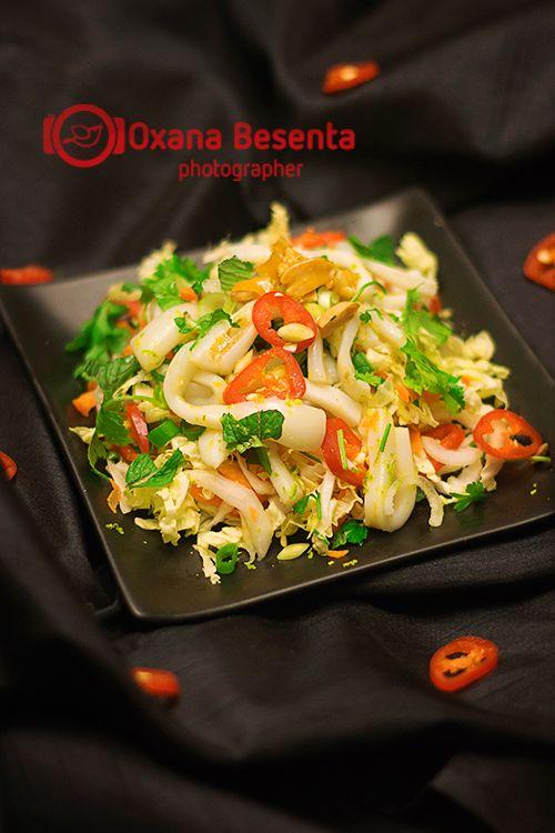 Ингредиенты:  500 гр. кальмаров (почистить и нарезать лапшой 5-7 см. в длину) 1 качан китайской капусты (среднего размера): натереть на крупной терке 2-3 морковки пучок петрушки пучок кинзы 1/2 пучка мяты пучок зеленого лука 1-2 острого красного перца (очистить от зерен и крупно нарезать) (чили-перец, к примеру) жаренные арахис (крупно размолоть)
