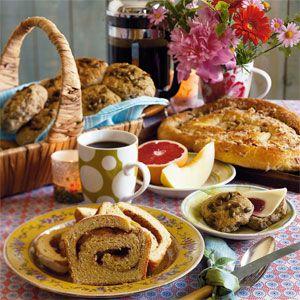 Drop bagerens dyre brød, og bag i stedet dine egne favoritter til morgenbordet. Det er nemt og billigt, og så kan du selv bestemme, hvad der skal i brødet. Her er lækkerier af både den sunde og søde slags.