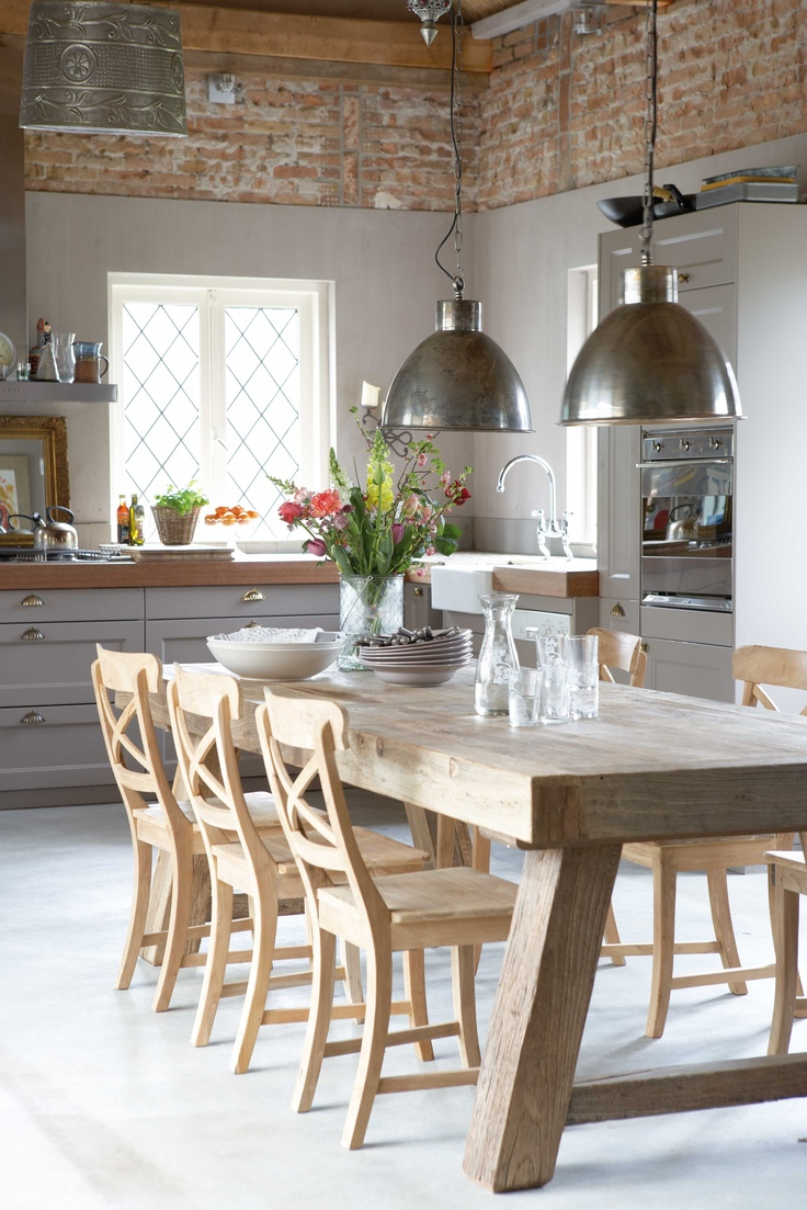 Deze stoere eettafel komt helemaal tot zijn recht in de authentieke keuken. Hier worden oude en nieuwe elementen op een hele mooie wijze gecombineerd