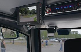 La spazzatrice stradale #GreenMachines 636 di #Tennnat rende ogni operazione più semplice grazie al sistema di monitoraggio integrato. Dotata di uno schermo LCD, fornisce all'operatore informazioni in tempo reale rendendo la risoluzione dei problemi rapida e precisa.