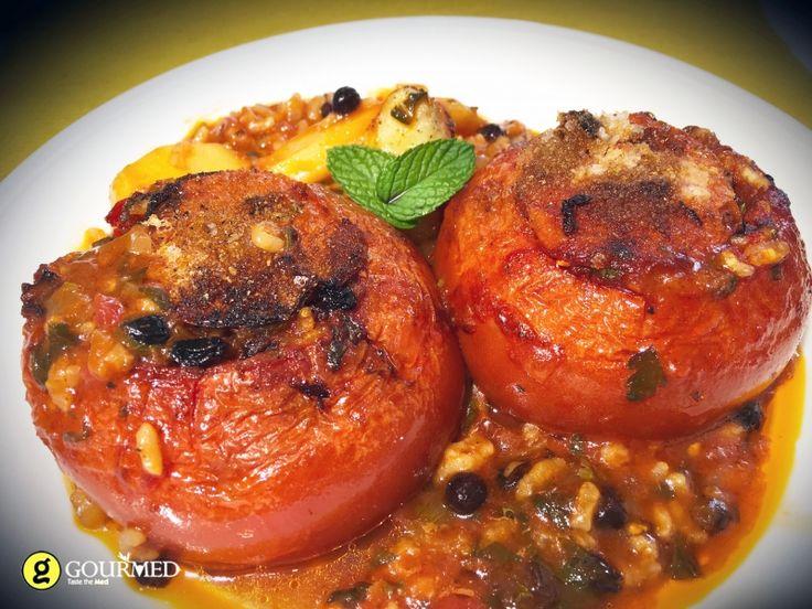 Ντομάτες γεμιστές Πολίτικες με Κορινθιακή σταφίδα και κουκουνάρι - gourmed.gr