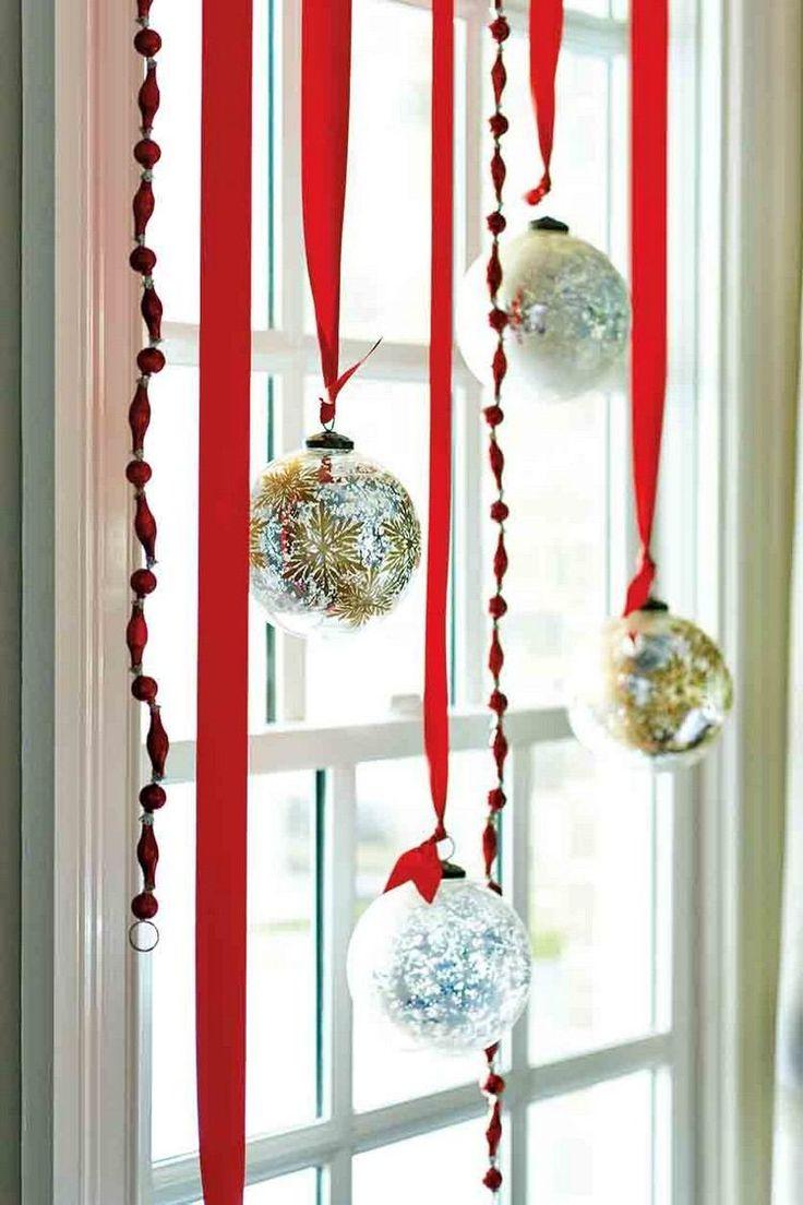 déco noël 2017 des boules suspendues pour les fenêtres intérieures #Noël #christmasdecorations #trends