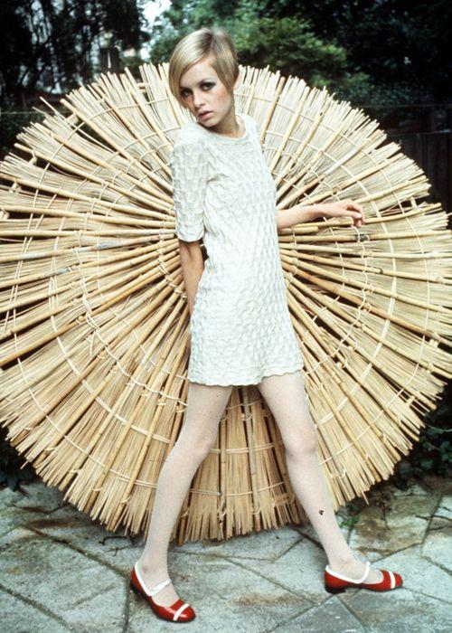 Лондонский дизайнер Мэри Куант, создательница мини-юбок, называла Твигги олицетворением 60-х. Дерзка...