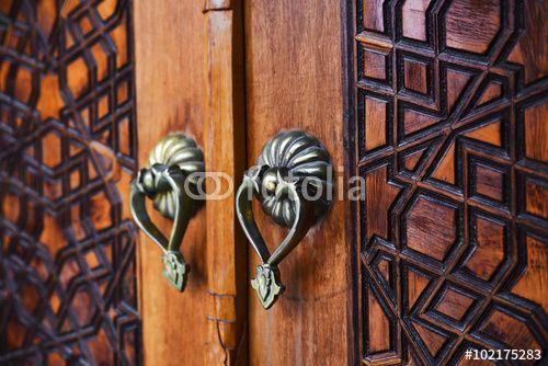 """Antique Wooden Door and Door Handles tarafından oluşturulmuş """"milotus"""" Telifsiz fotoğrafını en uygun fiyatta Fotolia.com 'dan indirin. Pazarlama projelerinize mükemmel stok fotoğrafı bulmak için, en ucuz online görsel bankasına göz atın!"""