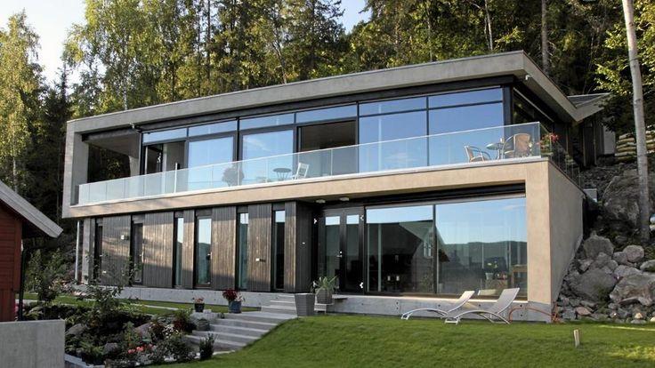 ET BLIKKFANG: Fra utsiden ser vi hvordan de to hovedetstasjene  i mur- og glassvillaen åpner seg raust mot utsikten.  FOTO: Morfeus Arkitekter Peter Przybille