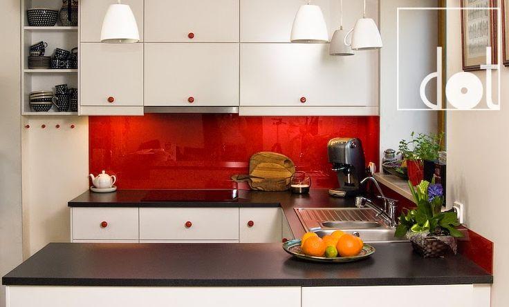 White kitchen with red ceramic knobs.   DOT biżuteria dla mebli: realizacje z naszymi produktami