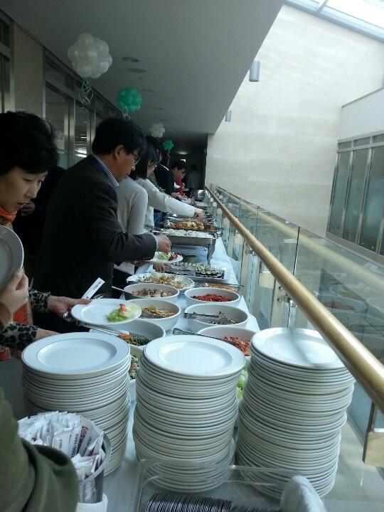 울 회사 창립기념일. 회사에서 가족을 초대해서 점심먹고 있어요