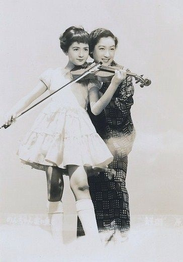 "「ノンちゃん雲に乗る」 鰐淵晴子(10歳)、原節子。 ""Non-chan rides on clouds""(1955) Wanibuchi Haruko(10 years old) & Hara Setsuko."