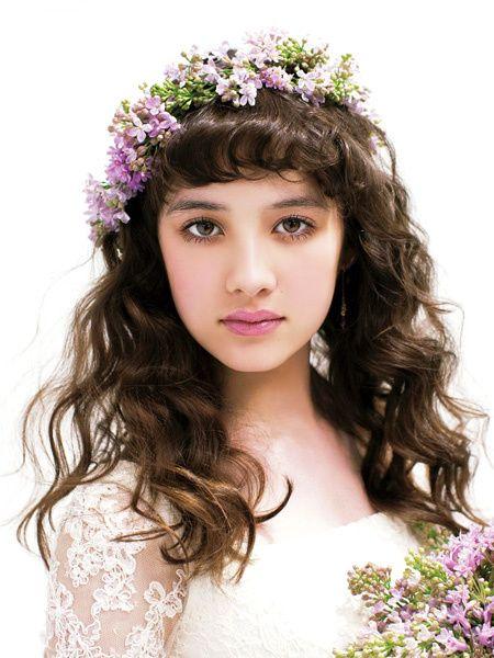 定番のダウンヘア×花冠をクラシカルなお嬢さま風に。細かなウエーブヘアが左右に広がるようアレンジするのがポイントです。花冠は、斜めにのせて抜け...