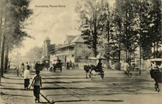 Perpaduan antara suasana pedesaan dan kota modern. terlihat kondisi jalanan yang rindang dengan pepohonan di kanan kiri. Gedung brantas sudah berdiri.   Soerabaia passar besar (jl. Pahlawan) circa 1910. Kitlv