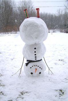 Einen Schneemann bauen, der auf dem Kopf steht