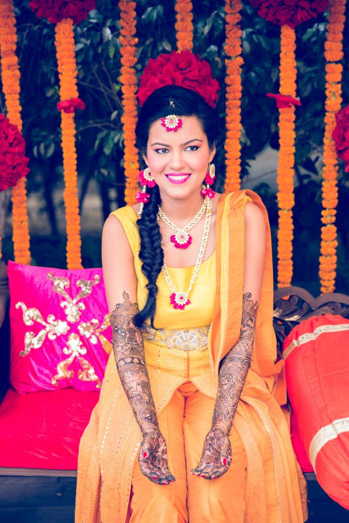 Mehandi - The Bridal Mehandi! Photos, Hindu Culture, Brown Color, Mangtika, Flower Jewellery, Bridal Mehandi pictures, images, vendor credits - Kundan Mehandi Art, Dipak Colour Lab Pvt Ltd, Mahima Bhatia Photography, Asiana Couture, Jasmeet Kapany Hair and Makeup, WeddingPlz