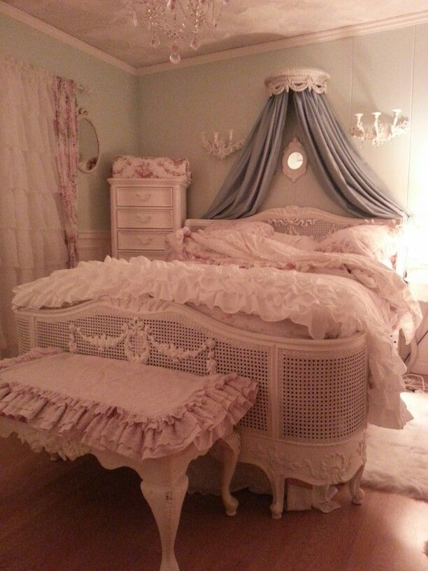 Shabby chic,,romantic style bedroom: