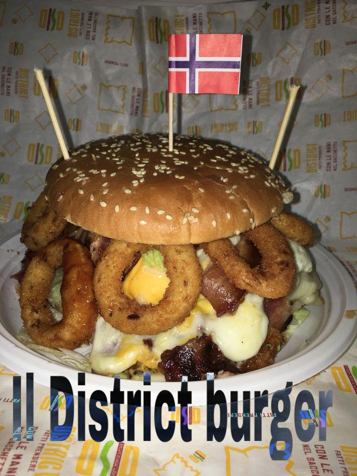 DISTRICT BURGER  hamburger da 300 gr quadruplo bacon salsa bbq anelli di cipolla insalata e piastrata unica di gorgonzola scaglie di pecorino da tavola  mozzarella triplo cheddar Doppio provolone a scaglie