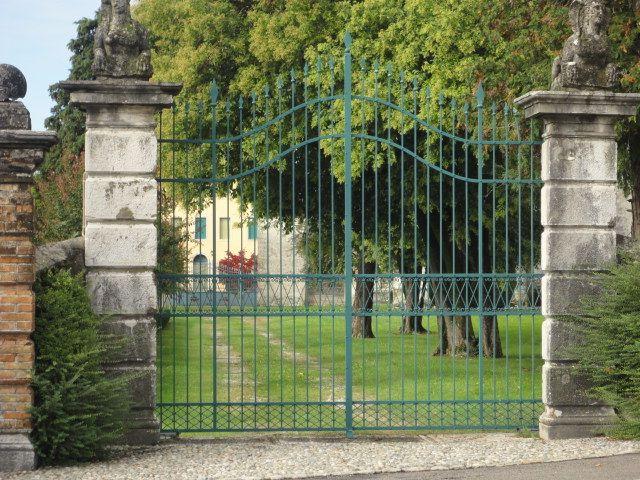 Cancello in ferro battuto per villa privata.
