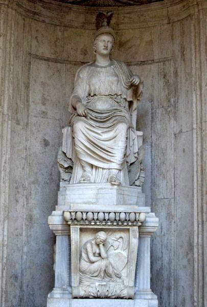 """Statua colossale di Roma sedente: """"Roma Cesi"""", scultura in marmo di età adrianea (117-138 d.C.) da originale greco del V secolo a.C., conservata nel Cortile di Palazzo dei Conservatori - Musei Capitolini. La scultura, di proporzioni colossali, fu restaurata come Dea Roma attraverso l'aggiunta, oltre che della testa, del braccio destro, di parte del petto e della mano sinistra. Il tipo statuario deriva dall'iconografia di Demetra, il cui originale è attribuibile ad un artista attico del V…"""