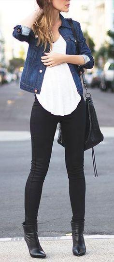 Pantalones negros y chamarra denim con botines de tacón.