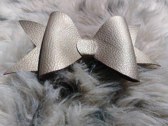 Kunstleder für den kommenden Herbst 2019. Neutrale Bögen leicht zu tragen. #minimalistbows #girlsfashion #fallaccessories www.etsy.com / ...