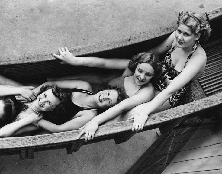 Ragazze su uno scivolo nel parco divertimento di Porthcawl, in Galles, 7 agosto 1939. (Fox Photos/Getty Images)