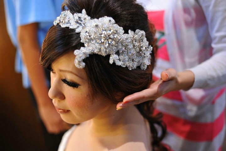 Lace embellished hairclip for my wedding day. Details: swarovski and japanese beadings.