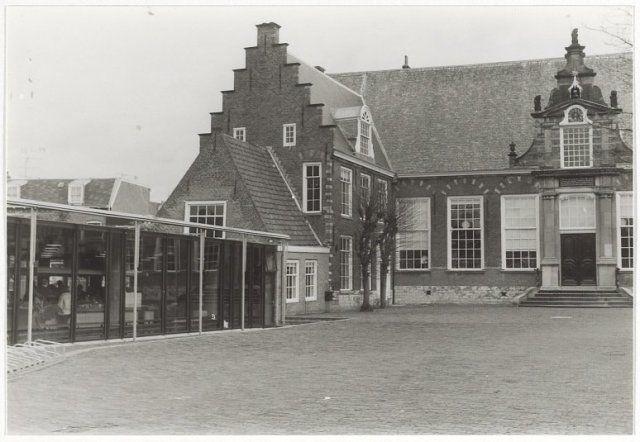 Een gedeelte van de Kloveniers- of Stadsdoelen en een gedeelte van de 1977, Stadsbibliotheek aan het Doelenplein, vroeger Gasthuisstraat 32.