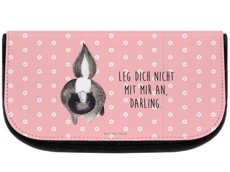 Kosmetiktasche Stinktier Angriff aus Kunstfaser  Natur - Das Original von Mr. & Mrs. Panda.  Eine wunderschöne Kosmetiktasche von Mr. & Mrs. Panda mit getrennten Fächern und Reißverschlussfach an der Vorderseite. Sie ist strapazierfähig, schmutzabweisend und abwaschbar. Bedruckt mit unseren wunderschönen handgezeichneten Motiven. Das dargestellte Zubehör ist beispielhaft und nicht enthalten.    Über unser Motiv Stinktier Angriff  Diese Kollektion widmen wir Herrn Blume, dem treuen…