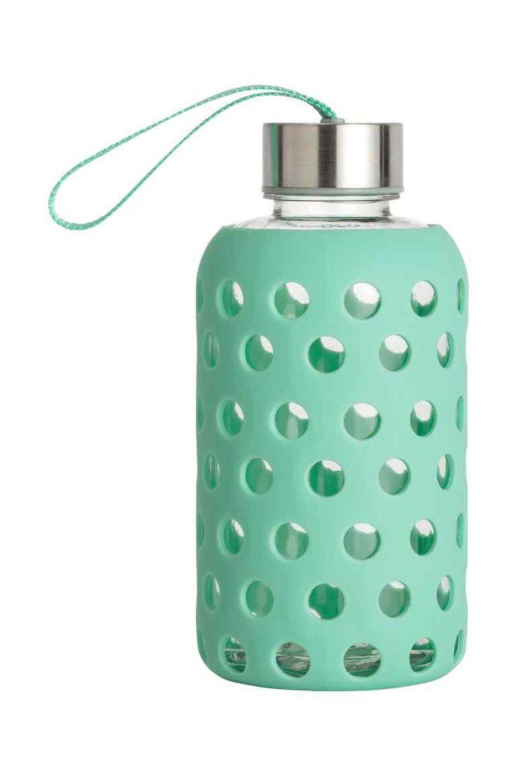 Recipient pentru apă: Recipient din plastic pentru apă, cu înveliș detașabil, din silicon cu model perforat, cu capac din metal și cu curea de încheietură. Diametru: 8 cm. Înălțime: 17 cm.