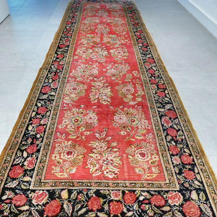 COLLECTORS ITEM: zeldzameGhom Perzische loper - 240 x 76 - 900 000 kn/m2 -met certificaat  Maak kennis met deze bijzondere Ghom. Het tapijt is ca. 80 jaar oud en verkeert in voor zijn leeftijd in goede conditie. Het is een prachtig gedetailleerde loper van uitmuntende kwaliteit en is volledig gemaakt van zijde. ABSOLUUT EEN WAARDEVOL VERZAMELOBJECT.Formaat ca. 240 x 76 cm ca. 18 vierkante meter.Knoopdichtheid is ca. 800 000 - 900 000 kn/m2. Ghom tapijten zijn ook bekend ook bekend onder de…
