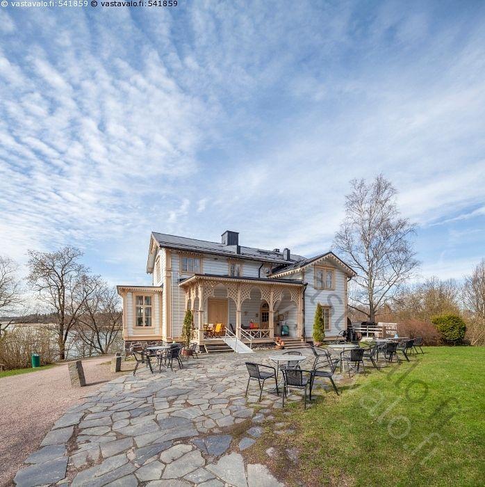 Tarvaspään kahvilaravintola - kahvila Tarvaspää Espoo nähtävyys Tarvaspään kahvilaravintola arkkitehtoninen arkkitehtuuri aurinkoinen huhtikuu huvila kaunis keväinen kevät kevätpäivä nähtävyydet rakennus ravintola talo turismi upea puuhuvila eteläpääty pihajulkisivu veranta