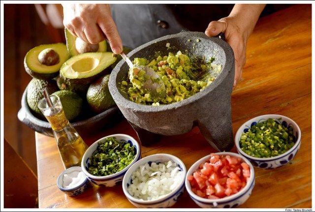 Guacamole - 2 colheres (sopa) de tomate picado, 1 colher (sopa) de cebola picada, 1/2 colher (sopa) de pimenta jalapeño (ou a gosto) picado, 1 colher (sopa) de coentro picado, 1 pitada de sal, 1 fio de azeite, 1 avocado em pedaços. Misture todos os ingredientes e sirva imediatamente com tortillas