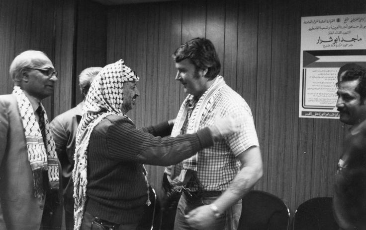 Yassir Arafat träffar hamnarbetare i göteborg