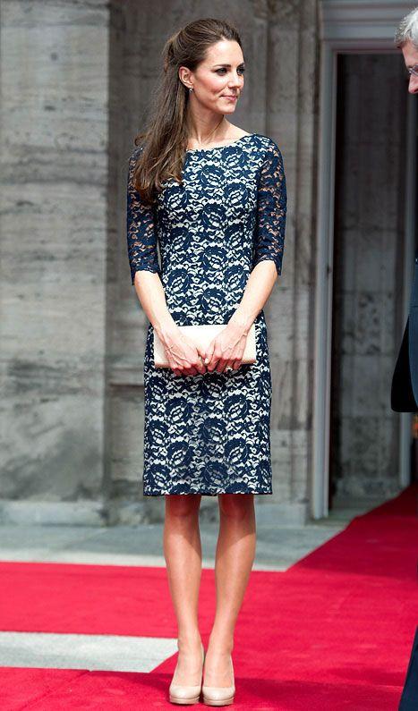 お手本はキャサリン妃♡上品なネイビーは一着は持っておきたいアイテム♪秋冬ファッションのお呼ばれドレス参考♪