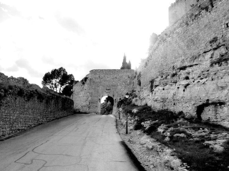 Puerta de la Bodega. Ubicada bajo el Castillo de Alarcón, su fabrica es mixta muslmana y cristiana. Se la ha restaurado parcialmente.