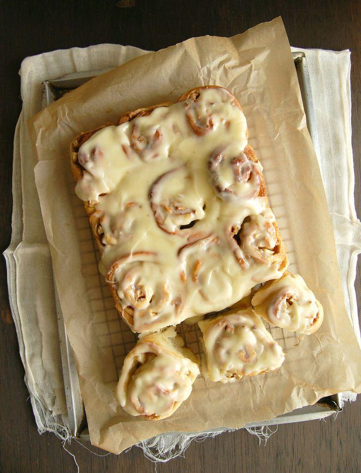 Apple cinnamon rolls with cream cheese icing / Pãezinhos de maçã e canela com cobertura de cream cheese