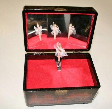 Nel 50 in ogni camera da letto, sul cassettone faceva mostra di sé il carillon portagioie con ballerina che ruotava riflettendosi negli specchietti