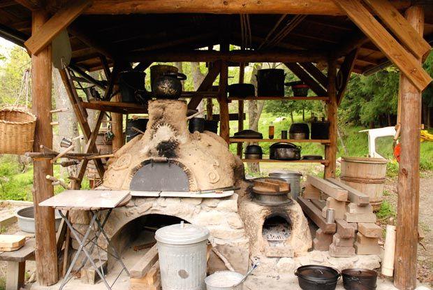 2連になっているので、ご飯を炊くと同時に隣でみそ汁がつくれますね。 その横にはピザやパンを焼くことができるアースオーブン。 お湯も沸き、薫製もできる優れものです。 土でできているので、レンガよりも自由に形をつくれます。