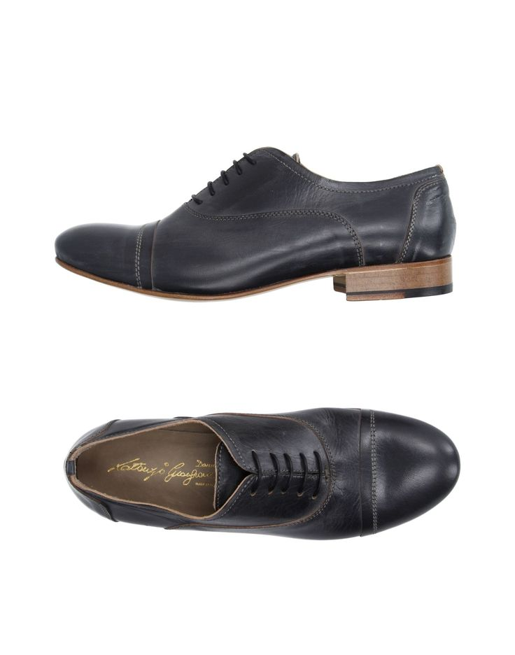 Осенние туфли. Не черные, скорее, темно-серые (графитовые, может?). Ничего выдающегося, но аккуратные и хорошего качества.