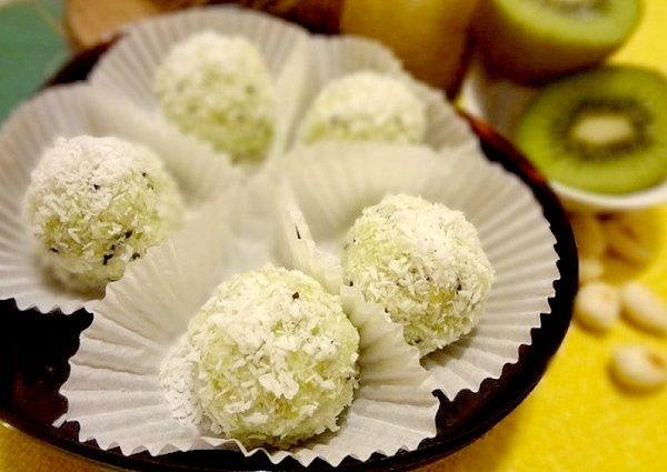 Постные конфеты из киви с кокосовой стружкой