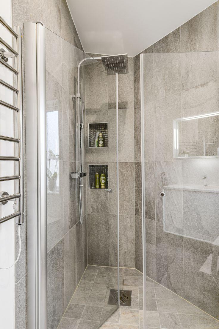 Här har man nyttjat hörnet till duschen - snyggt!