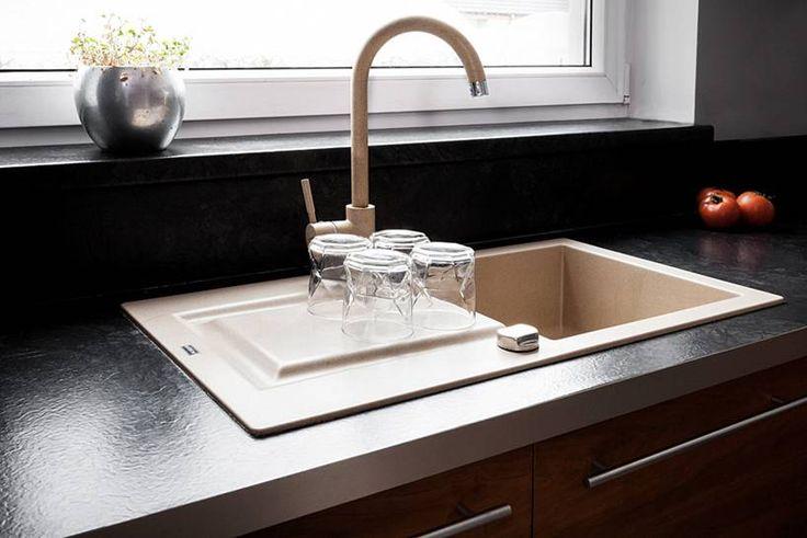 """Kuchnia w kształcie litery """"L"""" subtelnie oddzielona od pozostałych pomieszczeń, mająca jednak charakter otwarty, widoczna z pokoju dziennego. Bardzo ergonomicznie urządzona, minimalistyczna.  Projekt i realizacja MEBLE MERDA Twoje wnętrze, Twój charakter www.meblemerda.pl #wnetrza #meblekuchenne #meble #kuchnie"""