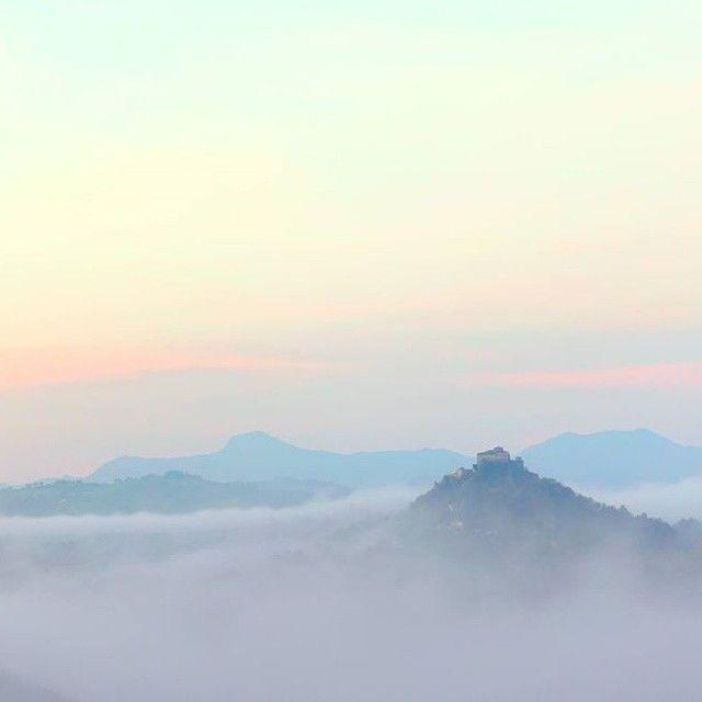 L'imponente #Castello di #Rossena avvolto dalle nebbie - Instagram by zanna33