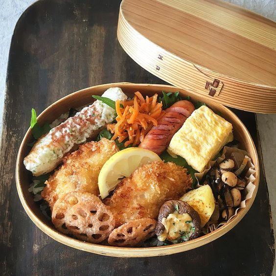 2017/04/18 (tue)  久しぶりの海苔弁♪ 昨晩、鱈に衣を付けて下ごしらえをしていましたが、9種類のおかずに時間がかかりました😅 ・ 二段海苔弁、鱈のフライ、ちくわの磯辺揚げ、蓮根フライ、ひじきの煮物、椎茸のマヨチーズ焼き、人参のきんぴら、じゃがいものソテー野菜だし、ウインナー、卵焼き。 ・ 今日は、コストコ通のお友達とコストコへ♪ 基本的に、食材は買ってすぐに調理して美味しくいただきたいので、なんと!今まで行く機会がなく初です😅💦 インスタをチェックできるか分かりませんが、皆さんのオススメがあれば教えて下さい😊💕💕 ・ 昨日は大雨で洗車できなかったので、洗車して行ってきまーす🚗💨