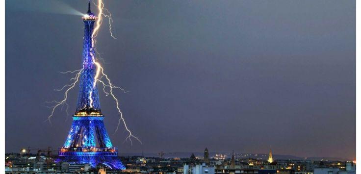 Prise en juillet 2008, cette photo est signée de Bertrand Kulik. La couleur bleue de la tour – éclairage spécial à l'occasion de la présidence française du conseil de l'Union européenne – renforce le caractère magique de cette image. (Bertrand Kulik/CATERS NEWS AGENCY/SIPA