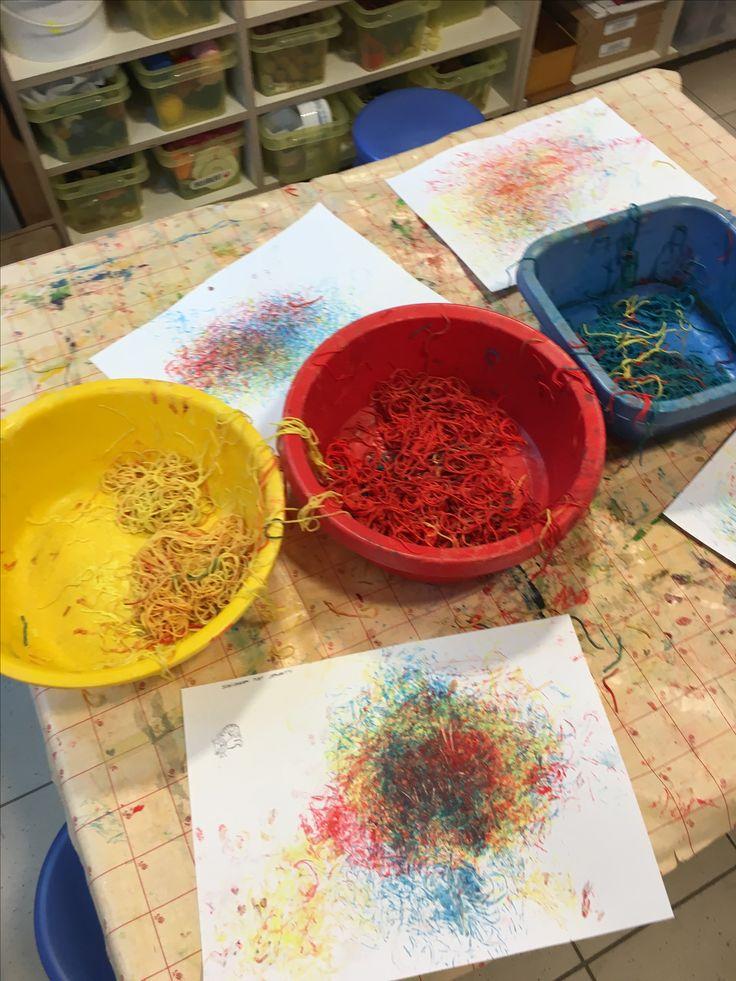 Thema kleuren: gekleurde spaghetti afdrukken op een papier.