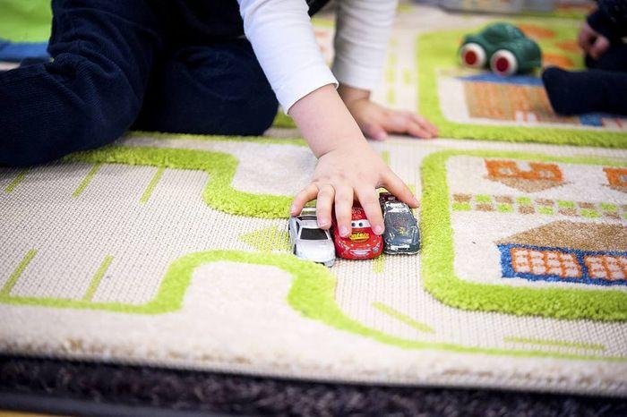 Psykologi: Vanhempien tehtävä on opettaa lapselle itsekuria.  Lapsen levottomuus ei ole automaattisesti merkki keskittymishäiriöstä. Lastenpsykologi, psykoterapeutti Riitta Martsolan mukaan lapselta vie aikaa ennen kuin hän oppii keskittymään.