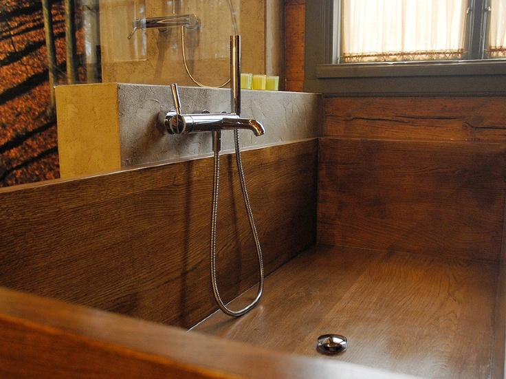 Legno in bagno – calda idea  e classica soluzione da non dimenticare