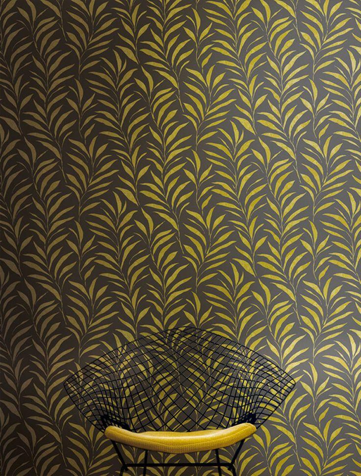 Lets twist again...! Twist är en energifull tapetkollektion där vackra livfulla mönster mixas med enfärgade linneeffekter som ger en sofistikerad och ombonad känsla till hemmet. Sobra mjuka toner, trollbindande mörka nyanser och trendiga kulörer som jeansblå, senap och marsala utgör färgpaletten i Twist. Art.nr TWI003