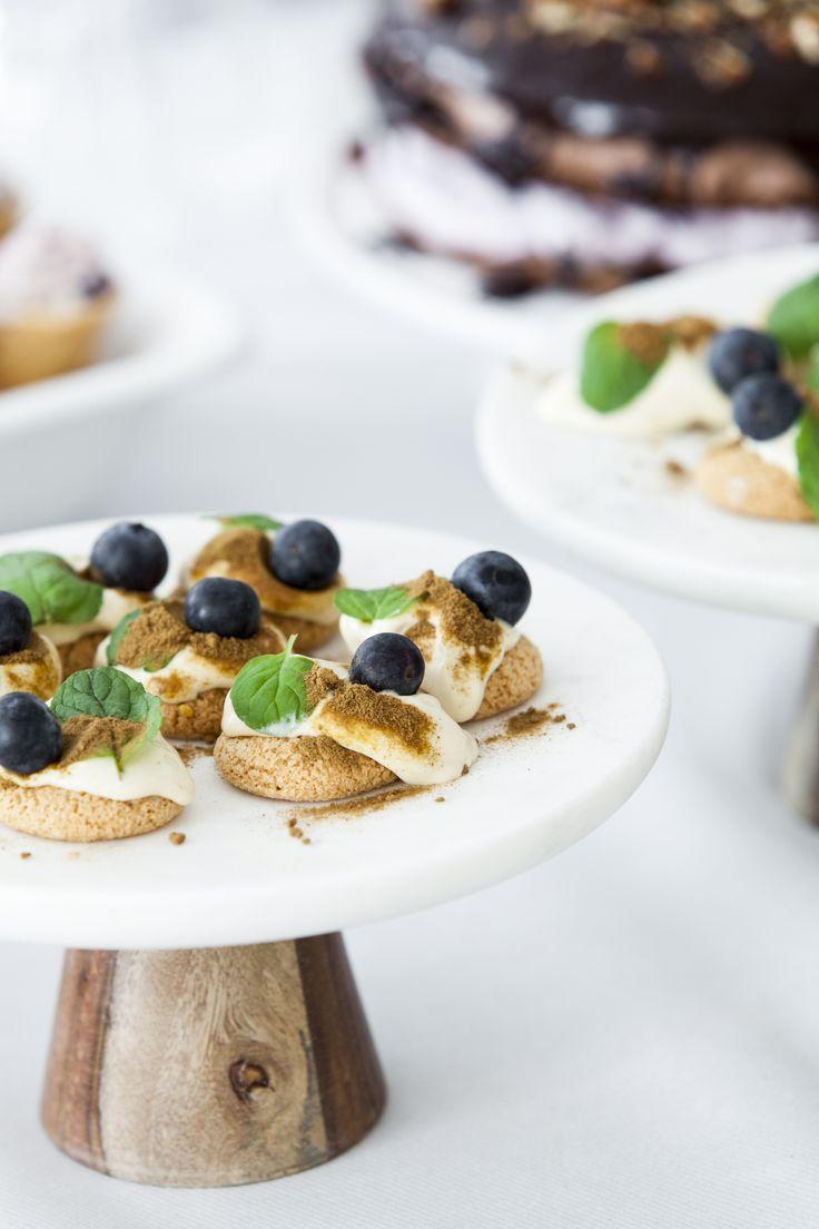 Vores makroner skaber den perfekte basis for lækre desserter med sæsonens friske bær og frugter #sommerdessert #karenvolf #makroner
