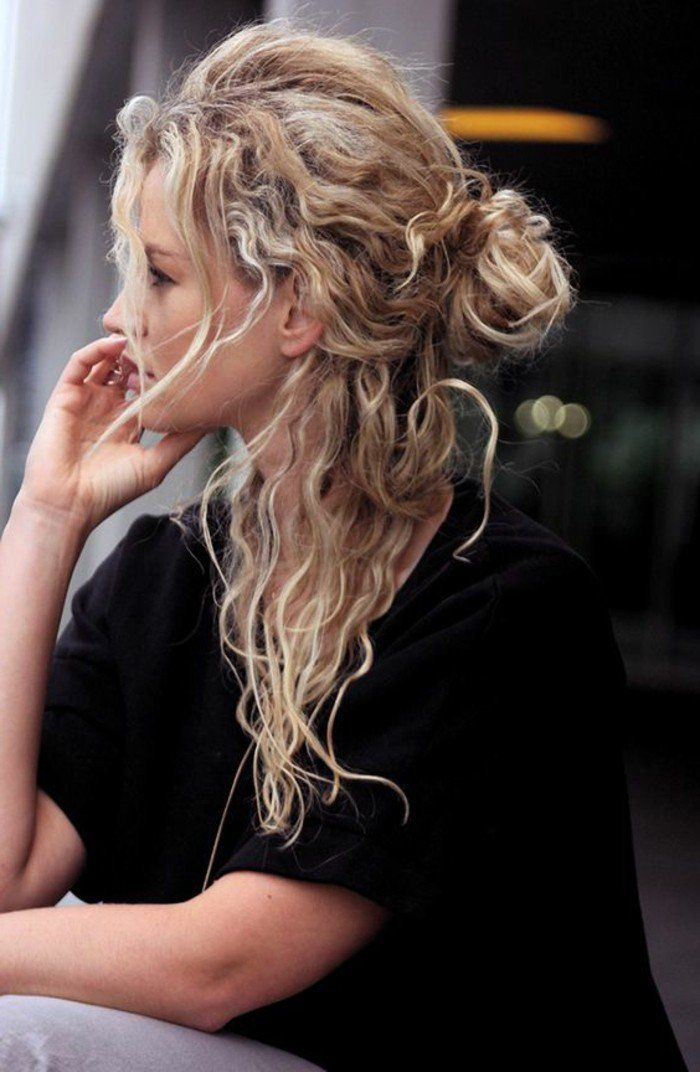 demi queue de cheval, cheveux bouclés blonds