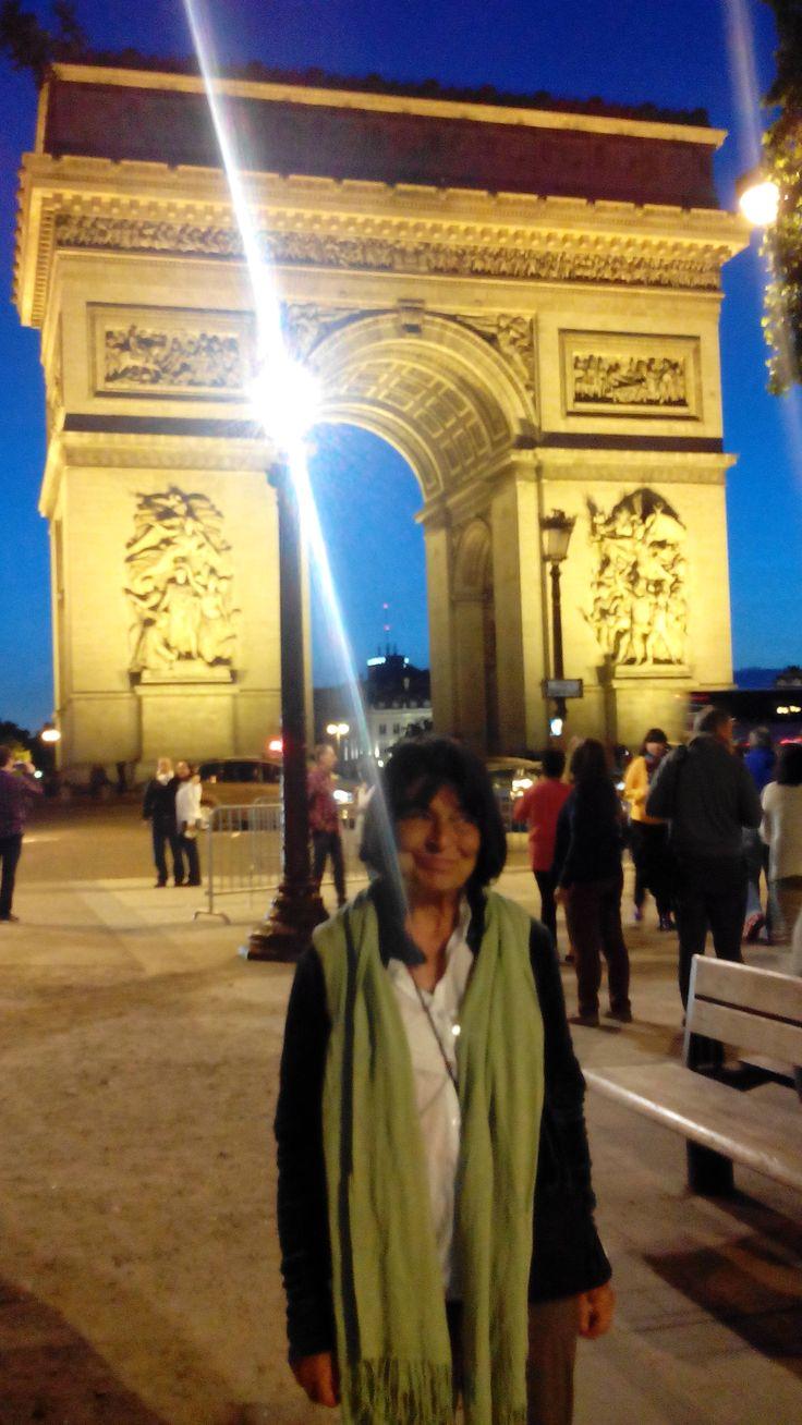 Excursión Europa 2015 Central de Reservas y Turismo Nohelia Restrepo disfrutando Paris iluminado